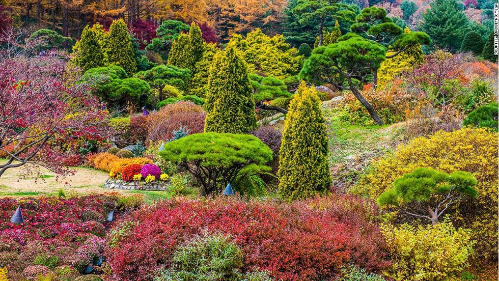 <strong>Garden of Morning Calm</strong><br /><br />This 30,000-square-meter flower garden in Gapyeong, Gyeonggi Province, takes its name from a poem about Korea written by Indian poet Sir Tagore. <br /><br />Conceptualized by a university professor who wanted to make a Korean garden beautiful enough to become world famous, this private garden has 20 themed sections and houses 5,000 varieties of plants. <br /><br />The best times to visit are March to November, when the flowers are in bloom. Macbeth Omega took this photo in the fall.