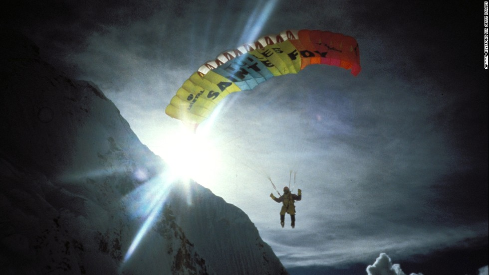 French climber Jean-Marc Boivin becomes the first person to paraglide from Everest's summit in September 1998.
