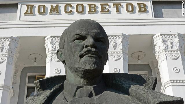 Tiraspol: Statuesque Soviets.