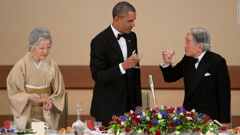 Obama toasts Emperor Akihito and Empress Michiko at the Imperial Palace.
