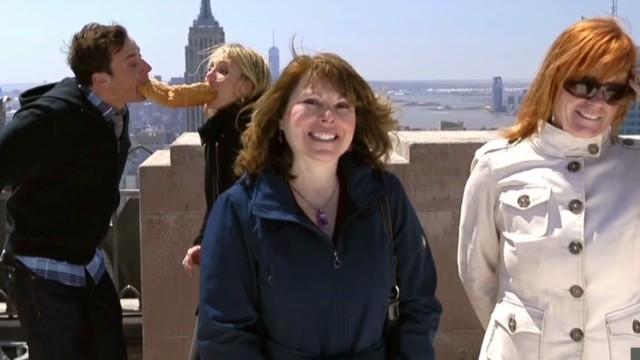 mxp fallon diaz photobomb tourists_00003530.jpg