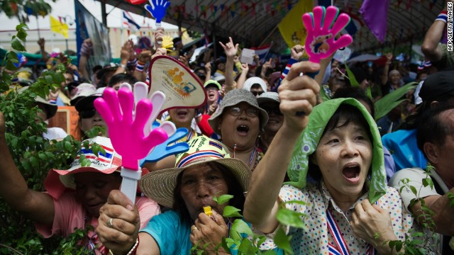 Thai protesters descend on govt. house