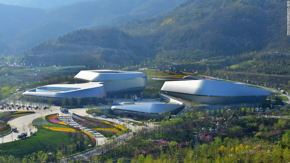 The International Horticultural Expo's Theme Pavilion is one of the event's landmark buildings. Designed to look like the Chinese rose -- the city flower of Qingdao -- it has a floor space of about 28,000 square meters.