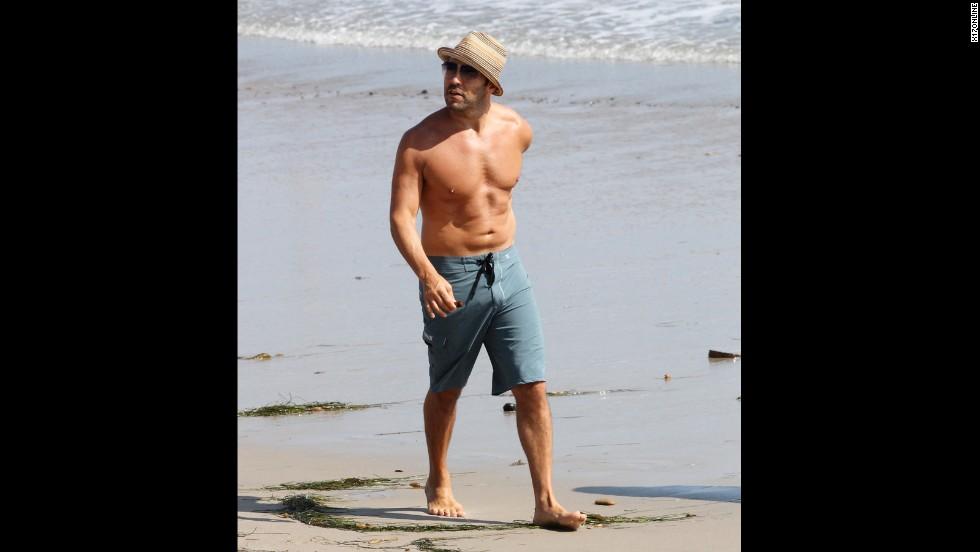 Jeremy Piven enjoys a seaside stroll in Malibu, California, in August 2011.