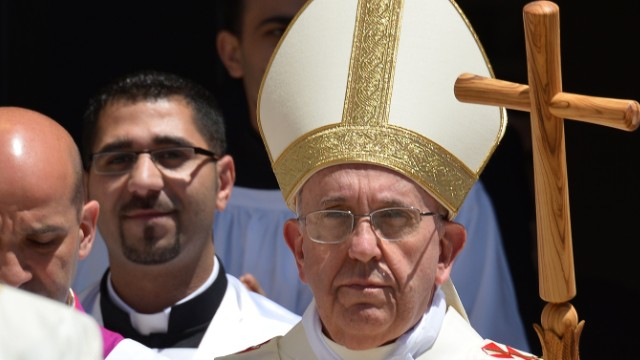 Pope visits Bethlehem, calls for peace