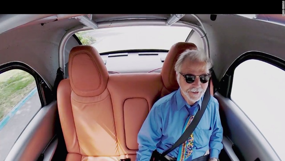 Google's new self-driving car prototype seats only two people, and its interior is simple.