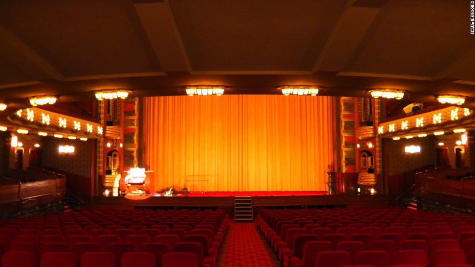 Today the Tuschinski Theater hosts Amsterdam's main film premieres. In the past, stars such as Marlene Dietrich, Judy Garland and Dizzy Gillespie have graced its stage.