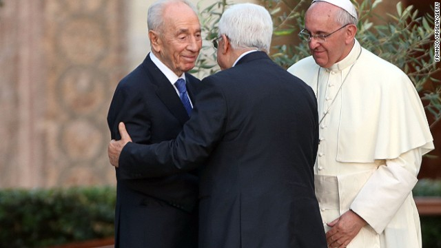 Pope Francis (R) meets Israeli President Shimon Peres (L) and Palestinian President Mahmoud Abbas.