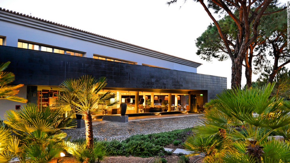 Located among pine trees, the Praia Verde in Portugal is suitable for long stays. The suites feature cozy bedrooms and kitchenettes with fridges and stoves.
