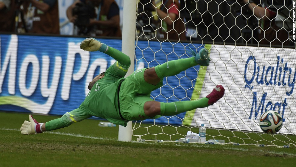 Rui Patricio fails to save Mueller's penalty kick.