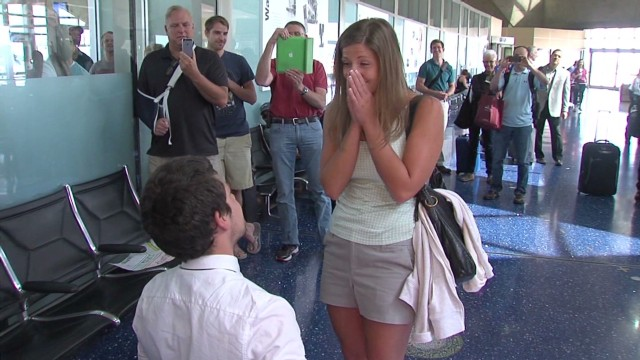Flight crew helps man stun girlfriend