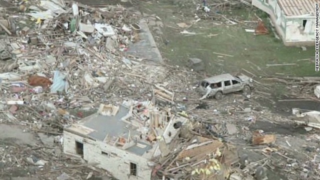 Tornadoes, giant hail hit Midwest