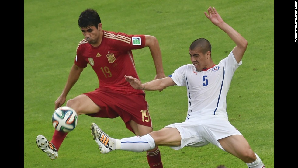 Francisco Silva tries to knock the ball away from Diego Costa.