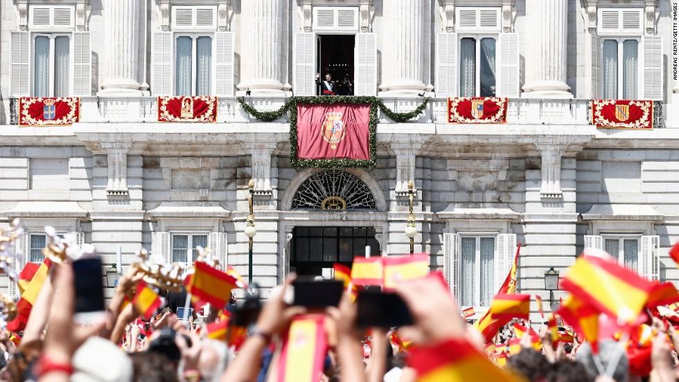Palas de Rey Spain  city photos : La nueva familia real de España saluda a la muchedumbre apostada ...