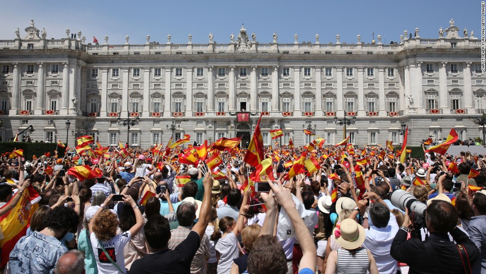 The crowd celebrates in front of the royal palace.