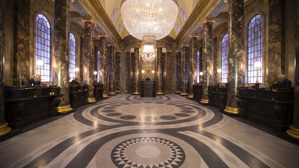 Harry Potter and the Escape from Gringotts is Diagon Alley's featured ride. It starts in the lobby of Gringotts Bank, where animatronic goblins are busy handling money.