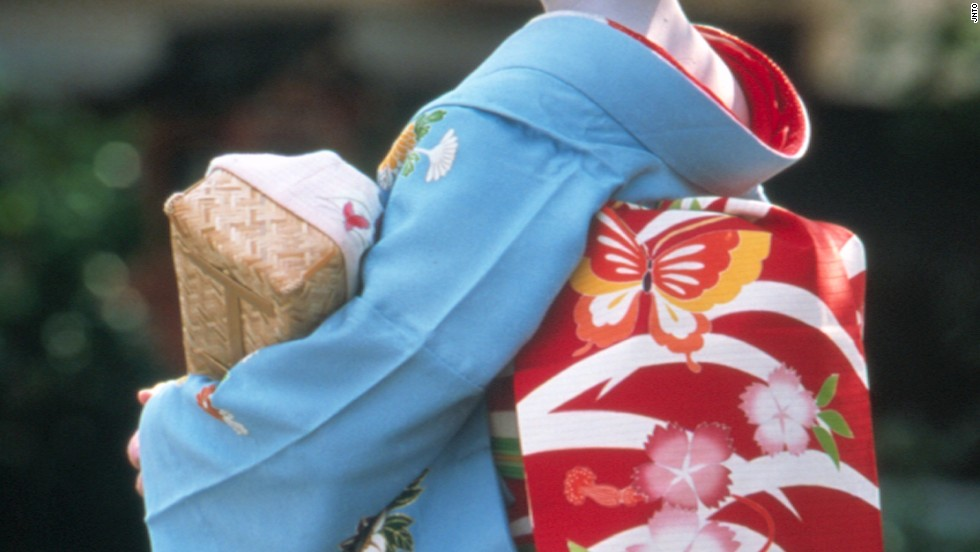 The maiko's obi (kimono's belt) is long and drops almost to the floor (pictured), while the geisha's belt is folded into a square shape on her back.