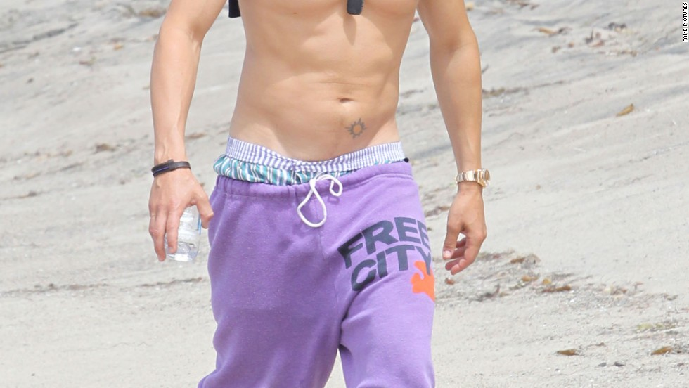 Orlando Bloom took some beach vacation time -- sans shirt -- in June 2014.