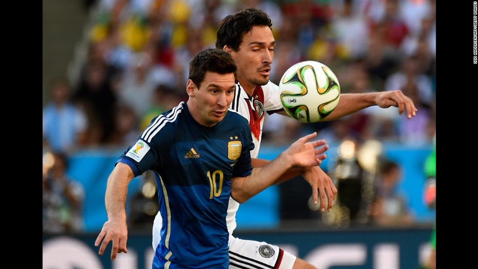 Messi, left, tries to evade Hummels.