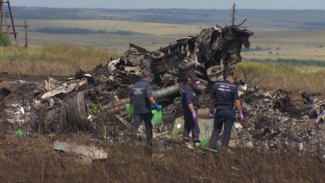 Armed separatists control MH17 wreckage