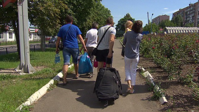 Donetsk residents flee Ukrainian chaos