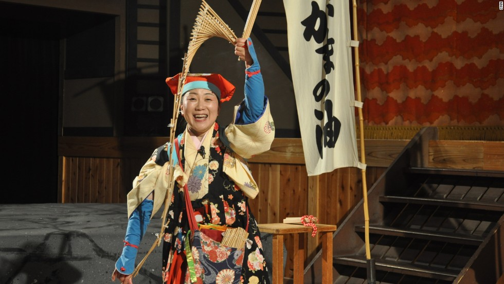 In one of the free Toei Kyoto Studio Park theater shows, a woman plays the role of an Edo-period street performer.