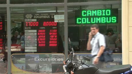 cnnee pkg dolar in argentina currency_00003009.jpg
