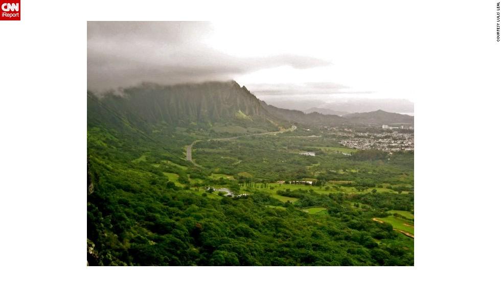 "The <a href=""http://ireport.cnn.com/docs/DOC-459335"">Koolau Mountain Range</a> dominates the eastern coastline of Oahu."
