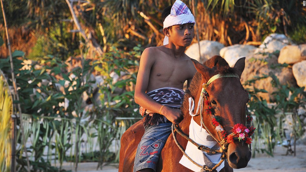 Horses play a big role in Sumbanese culture, which remains fiercely tribal and territorial. Males generally carry swords. Each February and March the island hosts the Pasola Festival, featuring dozens of horseback riders throwing wooden spears at each other.