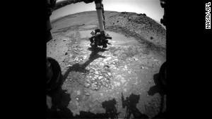 El rover Curiosity a Marte hace un simulacro de prueba en una roca apodada & quot; Bonanza King & quot;  para ver si sería un buen lugar para profundizar y tomar una muestra.  Pero después de la roca se movió, se detuvo la prueba.  El rover de la NASA ahora ha pasado dos años en el planeta rojo.  Curiosidad partió de la Tierra en noviembre de 2011 y aterrizó casi nueve meses después - 99 millones de kilómetros.  Clic para ver más de sus imágenes.