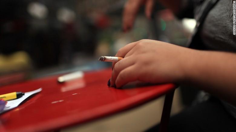 Si fumas, no lo hagas frente a tus hijos