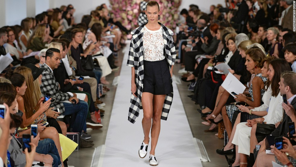 Model Karlie Kloss walked the runway for the legendary designer Oscar de la Renta on September 10.