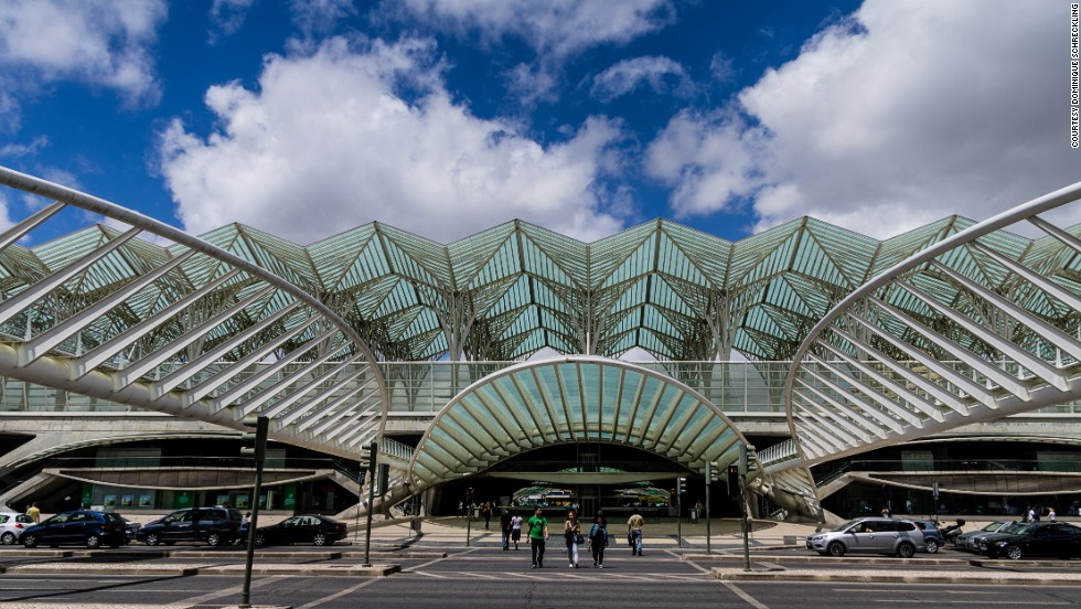 The Gare do Oriente in Lisbon is distinguished by its unique roof. The steel skeleton covers eight elevated tracks and their corresponding platforms, with the roof resembling the underside of a leaf.