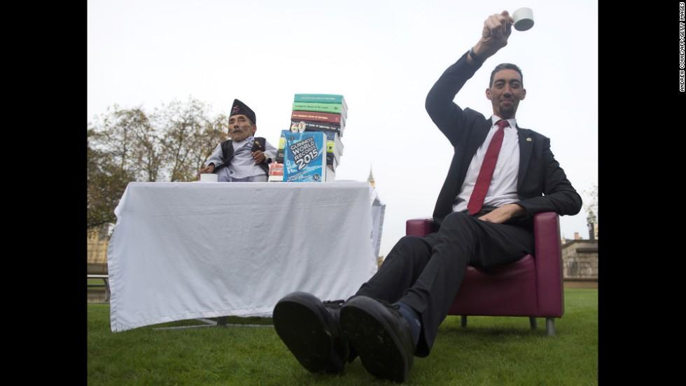 World S Tallest Man Meets World S Shortest Man Cnn Com