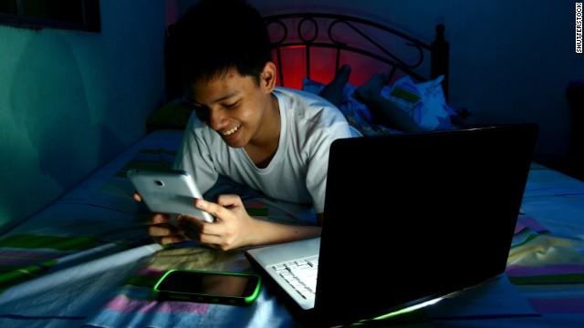 Por qué no es bueno que los niños duerman con sus móviles cerca