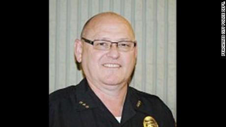 """""""He disparado a mi mujer mientras dormíamos"""" asegura un jefe policial al 911"""