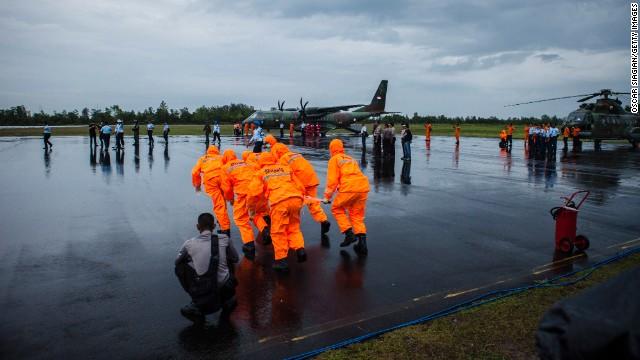 AirAsia: Más cuerpos y partes del avión son rescatados tras una semana de búsqueda