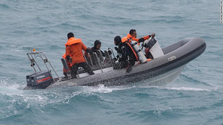El agitado mar de Java impide localizar restos del vuelo QZ8501