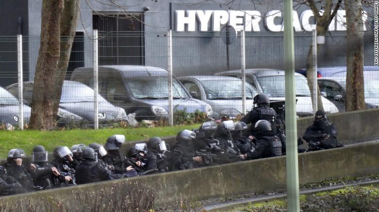 Rehenes de París demandan a medio francés por transmisión en vivo