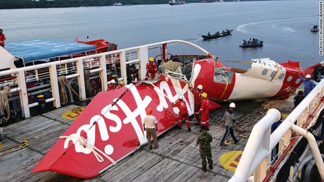 Buzos recuperan más cuerpos del avión de AirAsia; 100 cadáveres han sido recuperados