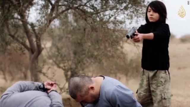 Video de ISIS aparentemente muestra a un niño ejecutando a dos presuntos espías rusos