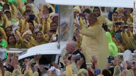 Masiva misa papal en Tacloban bajo la lluvia de una tormenta tropical