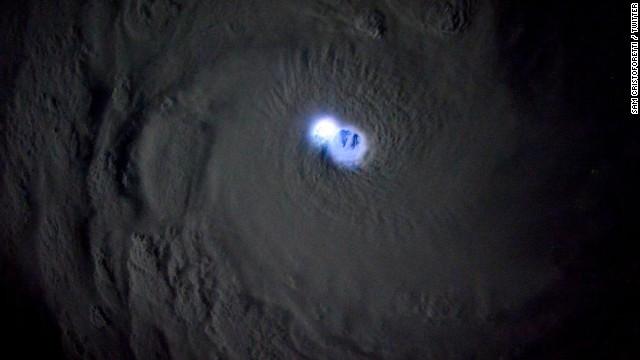 Astronauta comparte alucinantes imágenes del ojo de un ciclón desde el espacio