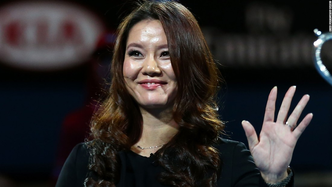 China's Li Na broke the news about her pregnancy on day one of the Australian Open after posing with the Daphne Akhurst Memorial Cup which she won 12 months ago.
