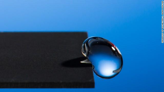El asombroso metal que hace rebotar el agua