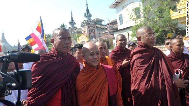 """Un monje budista le dice """"prostituta"""" a una relatora de la ONU en Myanmar"""