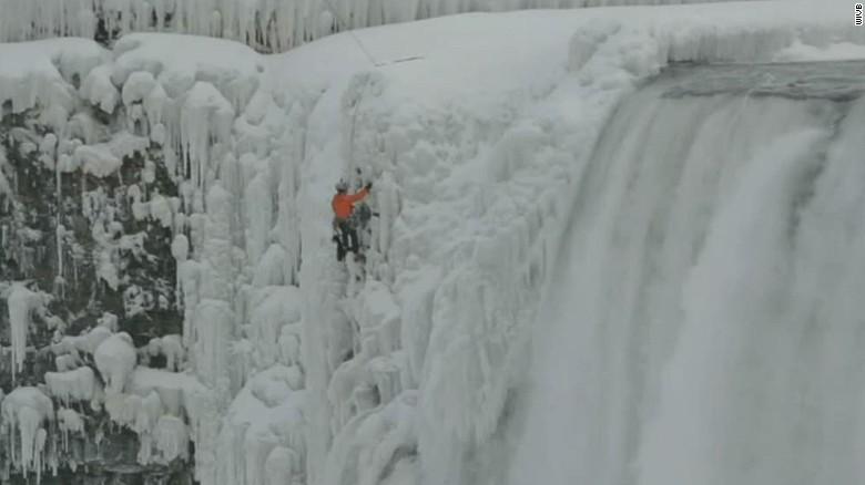 Logro helado: un hombre escala las gélidas cataratas del Niágara