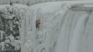 Un hombre escala las cataratas del Niágara