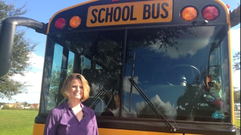 Una maestra de Florida salva a 38 niños de un autobús en llamas