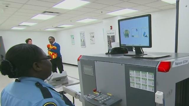 Mayoría de los trabajadores de aeropuertos en EE.UU. no son inspeccionados a diario